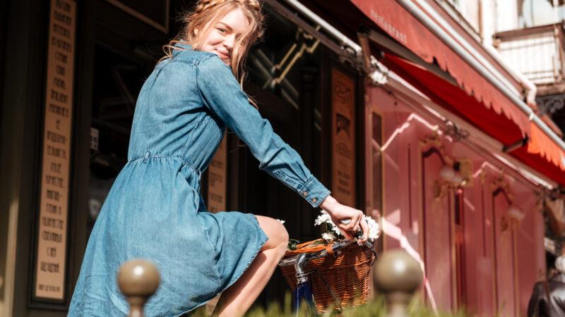 Sukienka jeansowa – dla kogo jest dobrym rozwiązaniem?