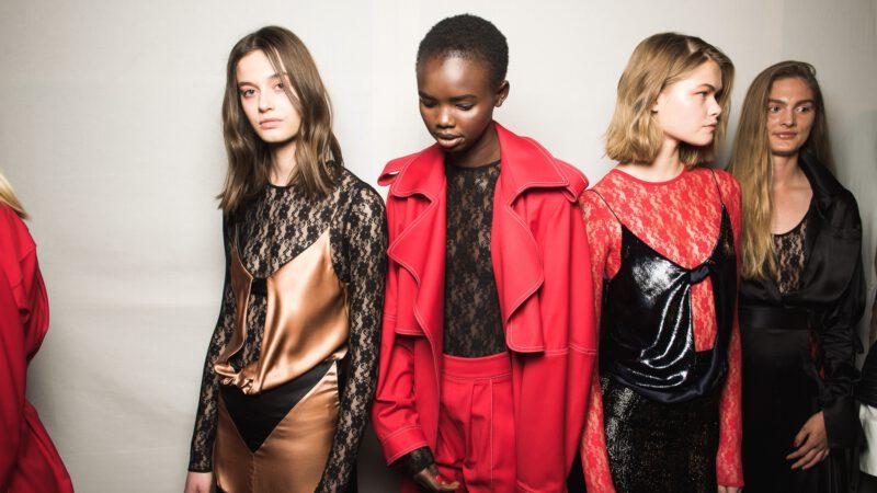 Paris Fashion Week 2021 – trendy nasezon wiosenny wyznaczone. Sprawdź co będzie się nosić!